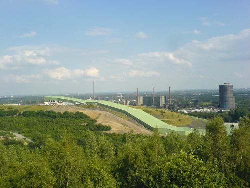 view from 'Tetraeder Bottrop' to the Alpincenter