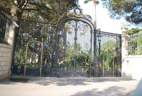 Front gates to Villa Nellcote (Photo