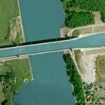 Canal crosses river on a bridge (Google Maps)