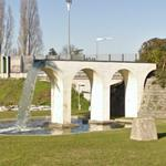 Aqueduct in roundabout (StreetView)