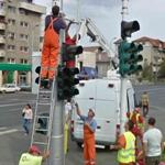 How many people does it take to install a traffic light?