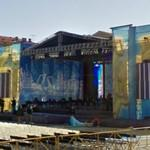Building up a concert stage (StreetView)