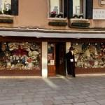 Costume shop for the Carnival of Venice (StreetView)