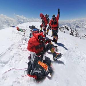Mountaineers on top of the K2 (StreetView)