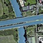Canal crossing a canal on an aqueduct (Google Maps)