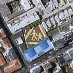Children crossing huge sign. (Yahoo Maps)