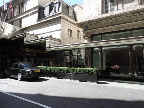 Savoy Court - The only right-hand-drive street in the UK