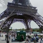 Eiffel Tower snack sellers (StreetView)