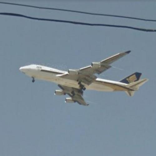 Singapore Airlines Boeing 747-412 Approaching LAX (StreetView)
