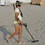 Girl uses a metal detector (StreetView)