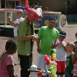 A balloon artist in Baltimore (StreetView)