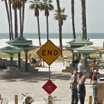 """Alicia waits for her boyfriend at the beach (""""Fear the Walking Dead"""") (StreetView)"""