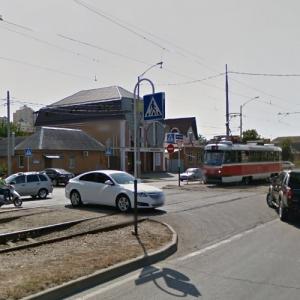 Car blocking Tramway (StreetView)