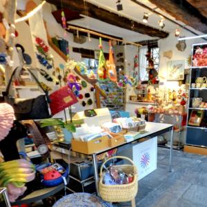 """""""see inside"""" this nice-looking souvenir store (StreetView)"""