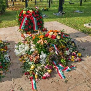 Imre Nagy's grave with flowers (StreetView)