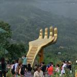 Sirao Flower Garden giant hand