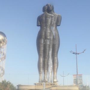Ali & Nino moving sculpture (StreetView)